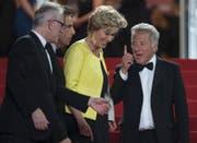 Dustin Hoffman (rechts) und Emma Thompson (mitte) verlassen am Samstag mit Ben Stiller (links) den Saal nach der Premiere ihres Films. (Bild: EPA/Ian Langsdon)