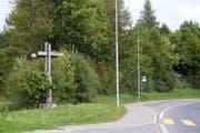 Das schlichte Holzkreuz unterhalb der neuen Lorzentobelbrücke ersetzt ein älteres Kruzifix, das in den 1980er-Jahren beschädigt worden ist. (Bild Maria Schmid)