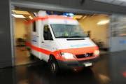 Ein Ambulanzwagen fährt aus dem Spital. (Symbolbild Corinne Glanzmann)