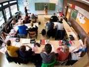 Ein Viertel aller 11- bis 15-Jährigen fühlen sich von der Arbeit für die Schule gestresst. Ein positives Umfeld kann dem abhelfen. (Symbolbild) (Bild: A3929/_JULIAN STRATENSCHULTE (DPA dpa))