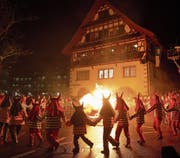 Der Räbechüng wird verbrannt und beendet jeweils die Fasnacht. (Bild: Maria Schmid (Baar, 28. Februar 2017))