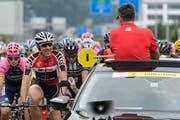 Beim Start zur zweiten Etappe in Rotkreuz hatte Fabian Cancellara noch Luft für einen Schwatz mit Oliver Senn, dem Generaldirektor der Tour de Suisse. (Bild: Keystone/Jean-Christophe Bott)