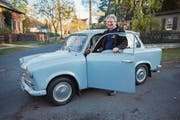 Der Präsident des Trabiclubs Berlin, Michael Kaiser, mit seinem Trabant 601, Baujahr 1968. (Bild: Rudi-Renoir Appoldt (Berlin, 6. November 2017 ))
