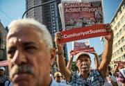 Demonstranten protestieren mit dem Slogan «Cumhuriyet wird nicht zum Schweigen gebracht». (Bild: Ozan Kose/AFP (Istanbul, 24. Juli 2017))