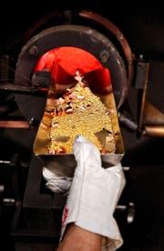Geschätzt zwei Drittel allen raffinierten Goldes kommen aus der Schweiz, wie hier bei Metalor in Neuchâtel. (Bild: Keystone/Sandro Campardo)