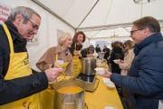 Stadtpräsident Beat Züsli, Stadträtin Manuela Jost und Sängerin Milena Bendakova beim Suppenschöpfen. (Bild: Eveline Beerkircher)