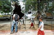 Passanten begutachten den Schaden am Kongressgebäude in Paraguays Hauptstadt Asunción. (Bild: Jorge Saenz/AP (Asunción, 1. April 2017))