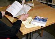 In Emmen haben einige Stimmbürger die Abstimmungsunterlagen doppelt erhalten. Abstimmen dürfen sie aber nur einmal. (Symbolbild Werner Schelbert/Neue ZZ)