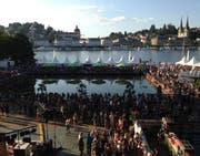 Ein Blick auf die unzähligen Food- und Getränkestände am Blue Balls Festival vor dem KKL Luzern. (Bild: nop)