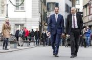 Damian Müller (FDP, links) und Konrad Graber (CVP) am Wahlsonntag in Luzern. (Bild: Keystone/Alexandra Wey)