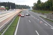 Ein Blick auf die Unfallstelle auf der Autobahn A2 am Freitagmorgen. (Bild: Luzerner Polizei)