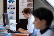 Mitarbeiter der FDP arbeiten 2007 in der Wahlkampfzentrale im Parteisekretariat in Bern an ihren Computern. (Bild: Keystone/Gaetan Bally)