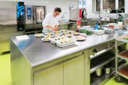 Blick in die neue Küche im Alterszentrum Herti in Zug. (Bild: PD)