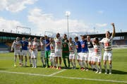 Die Luzerner lassen sich nach ihrem Sieg in Vaduz feiern. (Bild: Keystone / Gian Ehrenzeller)