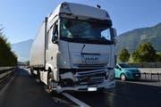 Der Lastwagen wurde beim Aufprall ebenfalls beschädigt. (Bild: PD/Kantonspolizei Nidwalden)