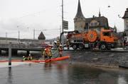 Damit sich das Öl nicht weiter ausbreitet, rückte die Feuerwehr an und errichtete eine Ölsperre. (Bild: pd)