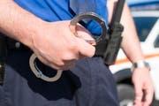 In Baar klickten die Handschellen: Die Polizei kam einem illegalen Wettgeschäft auf die Spur. (Bild: Keystone/Gian Ehrenzeller)