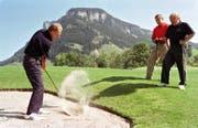 Bei der Eröffnung des Golfplatzes Flühli-Sörenberg mit den damaligen Verantwortlichen: Captain Paul Sturzenegger, Genossenschaftspräsident Ernst Wicki und Präsident Manfred Aregger (von links). (Bild: © Peter Fischli)