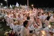 Ob der Anlass wie hier in Basel auch am Samstag auf einer Brücke stattfindet, erfahren die Gäste erst am Abend vor dem Event. (Bild: whitedinnerbasel.ch)