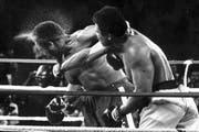 Der legendäre «Rumble in the Jungle» 1974 in Kinshasa: Ali schlägt George Foreman nieder. (Bild: Keystone/Ed Kolenovsky)