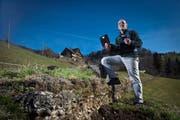 Er orientiert sich mit iPhone und Netbook statt mit der Wanderkarte: Christian Steiner von der Firma Geo-Tracks auf einer Tour oberhalb von Unterägeri. (Bild Philipp Schmidli/Neue LZ)