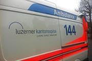 Die verletzte Fussgängerin wurde mit dem Rettungsdienst ins Kantonsspital gefahren. (Symbolbild luzernerzeitung.ch)