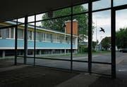 Das Schulhaus Sternmatt 1 soll durch einen Anbau ergänzt werden. (Bild: Stefan Kaiser (Baar, 6. Juni 2017))