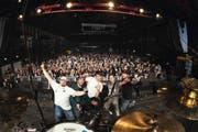 Die Band: DJ Freddy K alias Cédi Guldin, Sänger Mitch Schuler, Bassist Willy Kläy, Gitarrist André Murer und Drummer Patrick Boog (von links) nach ihrem Auftritt auf der Hauptbühne. (Bild: PD)