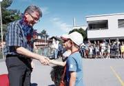 Jürg Portmann wird von den Schülern in Walchwil besungen und beschenkt. (Bild: Werner Schelbert (6. Juli 2017))