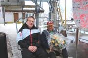 Der technische Leiter Tobias Gisler (links) und der langjährige Mitarbeiter Erich Wegmann auf der letzten Fahrt der 2er-Gondelbahn Andermatt-Nätschen. (Bild: PD (Andermatt, 19. März 2017))