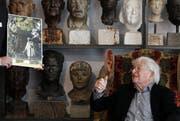 Künstler Rolf Brem vor einer Sammlung Porträtköpfe. (Bild: Archiv Keystone)