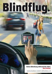 Mit diesen Bild macht die Polizei auf die Gefahren von Ablenkung im Strassenverkehr aufmerksam. (Bild: Zuger Polizei)
