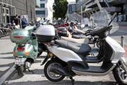 Motorrad-Parkplätze beim KKL. Davon gibt es in der Innenstadt nur wenige. (Bild: Neue LZ / Manuela Jans (Archiv))
