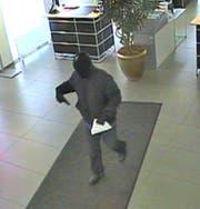 80-jähriger Bankräuber von Meggen gesteht weiteren Banküberfall: Im November 2012 bedrohte er die Angestellten der Valiant Bank in Meggen mit einer Waffe und verlangte Bargeld. Trotz Zeugenaufruf konnte der Mann damals nicht gefasst werden. (Bild: Staatsanwaltschaft Luzern)
