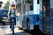 Eng: Ein Velo wird am Luzerner Schweizerhofquai von einem Linienbus überholt. (Bild: Eveline Beerkircher / Neue LZ)