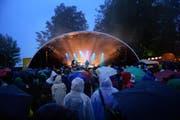 Trotz vielen Niederschlägen fanden 4500 Musikfans den Weg ans B-Sides Festival auf dem Sonnenberg. (Bild: Dominik Wunderli / Neue LZ)