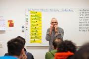 Deutschunterricht im Asylzentrum Sonnenhof in Emmenbrücke: Lehrer Urs Jans übt mit den Asylsuchenden die Namen der Monate. (Archivbild Dominik Wunderli)