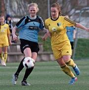 Die Juniorinnen des FC Küssnacht mit Luana Hongler (links) spielen hier gegen den FC Oerlikon Polizei. (Bild: PD)