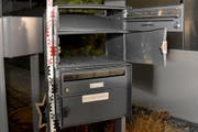 Der gesprengte Briefkasten in Ennetmoos. (Bild: Kantonspolizei Nidwalden)