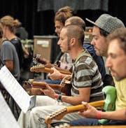 Konzentriert bei der Arbeit: das Gitarrenorchester von Christy Doran. (Bild Dominik Wunderli)