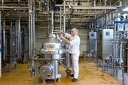 Ein Mitarbeiter nimmt Proben in der Zentrifuge bei der Hochdorf-Gruppe. (Bild Eveline Beerkircher)
