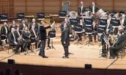 Natürlich nur ein Scherz: Rainer Maria Salzgeber verweist Dirigent Duri Cathomen von der Bühne, um dann selber im Orchester mitzuspielen. (Bild: Roger Grütter)