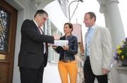 Landschreiber Stefan Hossli (links) erhält das SVP-Paket von Kantonalpräsidentin Monika Rüegger und Kantonsrat Hubert Schumacher. (Bild Marion Wannemacher)