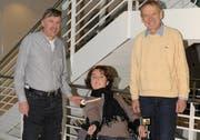 Paul Otte, Heimleiter Steinhof (links) und Franz Michel, Chefarzt Ambulatorium Schweizer Paraplegiker-Zentrum (rechts), mit einer Rollstuhl-Patientin. (Bild pd)