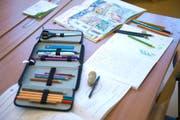 Etuis, Schulhefte und Farbstifte: Dies erwartet die frisch diplomierten Lehrer und Lehrerinnen zukünftig im Alltag. (Symbolbild ZZ)