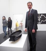 Luzerns Kulturdirektor Reto Wyss mit dem erworbenen Kunstobjekt «Schiff» von Andi Rieser. (Bild: PD)