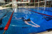 Schwimmerin im Hallenbad Allmend: Hier könnten die Tarife für Auswärtige schon bald ansteigen. (Bild: Remo Naegeli / Neue LZ)
