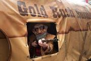 Achtung Schuss. Hier schiesst der Kulturfasnächtler Rusmu mit dem Motto «Goldwäscher». (Bild: Boris Bürgisser / Neue LZ)