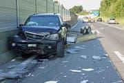 Das verunfallte Auto auf der Autobahn. (Bild: Zuger Polizei)