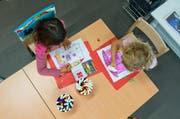 Zwei Kinder zeichnen ein Bild im Kindergarten. (Bild: Dominik Wunderli / Neue LZ)